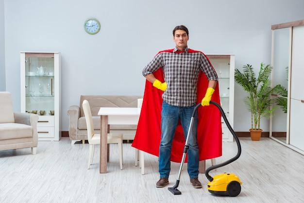 Super hero cleaner trabalhando em casa Foto Premium