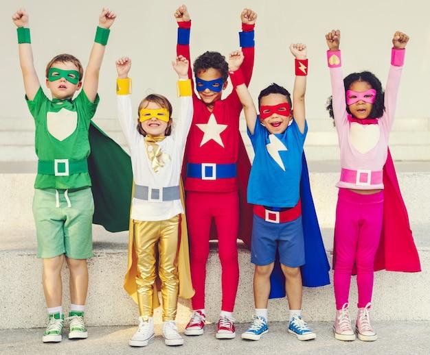 Super-herói colorido crianças com superpoderes Foto Premium