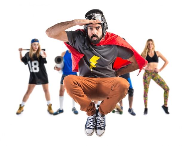 Super-herói mostrando algo Foto Premium