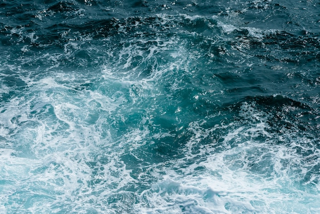 Superfície da água do mar, água do oceano azul escuro para o fundo natural Foto Premium