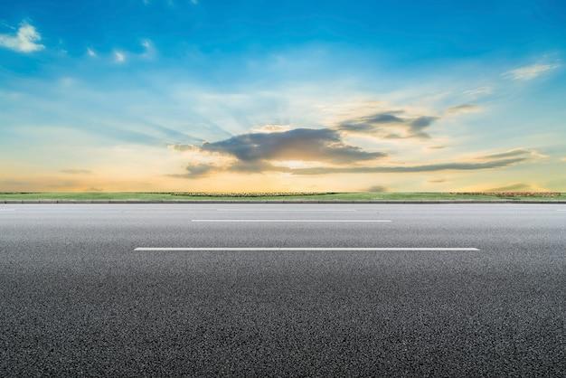 Superfície da estrada e céu paisagem natural Foto Premium
