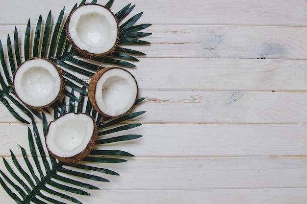 Superfície de madeira branca com cocos e espaço em branco Foto Premium