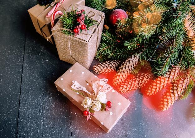Superfície de natal com enfeites e caixas de presente na placa de madeira Foto Premium