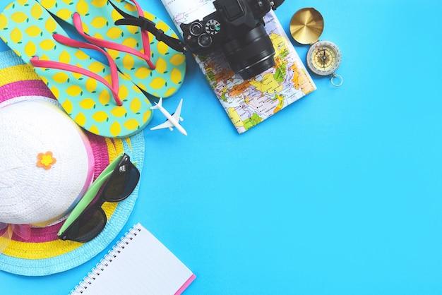 Superfície de viagem planejamento itens essenciais para viagens de férias acessórios de viagem de verão Foto Premium