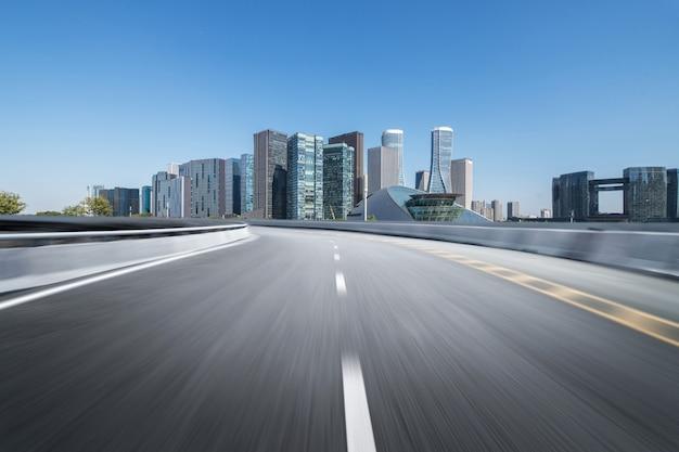 Superfície do piso de estrada vazia com edifícios de referência moderna cidade Foto Premium