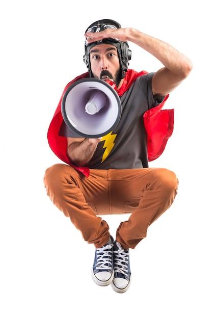 Superhero gritando por megafone Foto gratuita