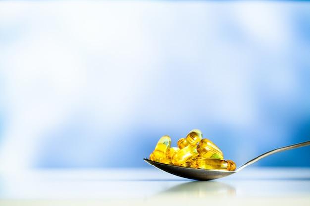 Suplementos vitamínicos, óleo de peixe em cápsulas amarelas ômega 3. Foto Premium