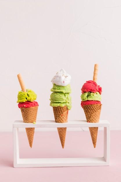 Suporte com cones de sorvete vermelho e verde Foto gratuita