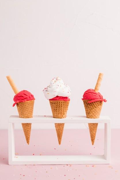 Suporte com cones de sorvete vermelho Foto gratuita