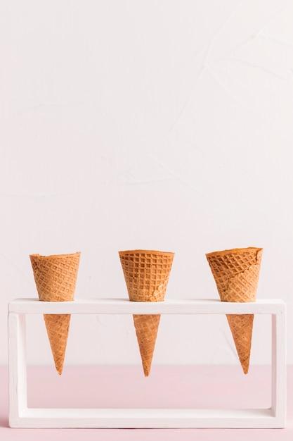 Suporte com cornetas de sorvete cônico Foto gratuita