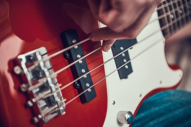 Suporte de corda com mão de homem na loja de música Foto Premium