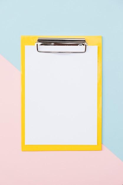 Suporte de papel colorido sobre fundo colorido Foto gratuita