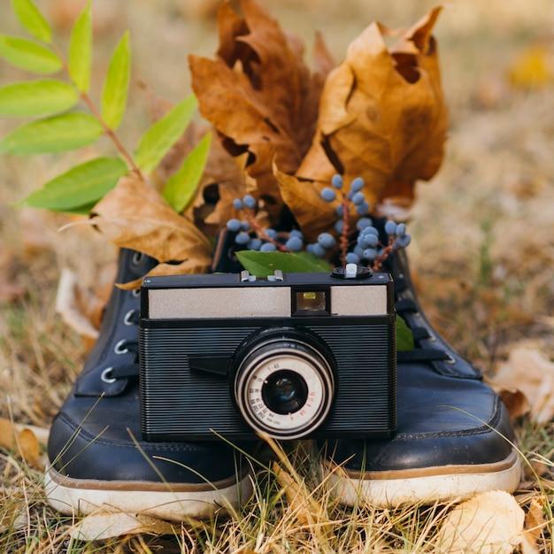 Suporte para câmera ao ar livre em sapatos Foto gratuita