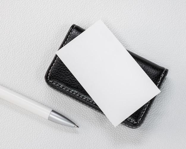 Suportes de cartão de couro pretos no fundo branco sintético. Foto Premium