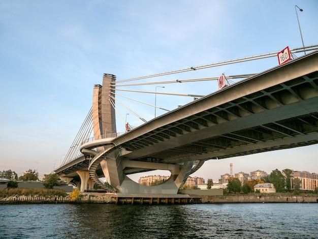 Suportes de ponte em concreto armado. suporte de ponte de concreto de design moderno sobre a água. a rodovia acima da cabeça. são petersburgo. Foto Premium