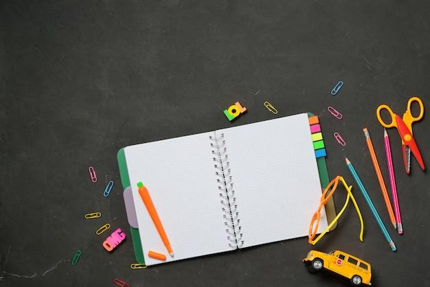 Suprimentos de escritório e estudante em giz preto Foto Premium