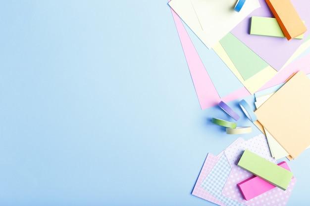 Suprimentos de papel colorido estacionário Foto Premium