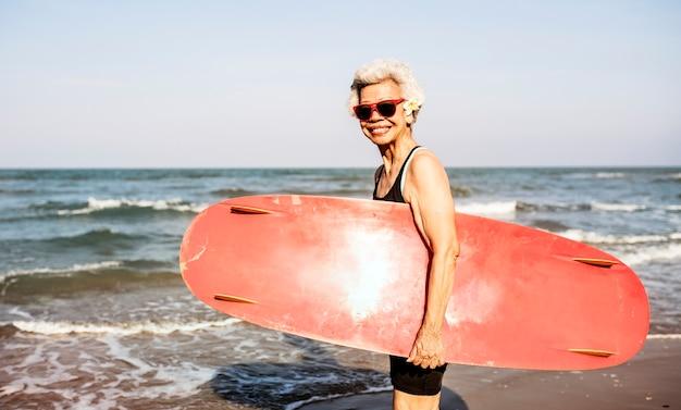 Surfista em uma praia agradável Foto gratuita
