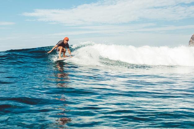 Surfista no oceano Foto gratuita