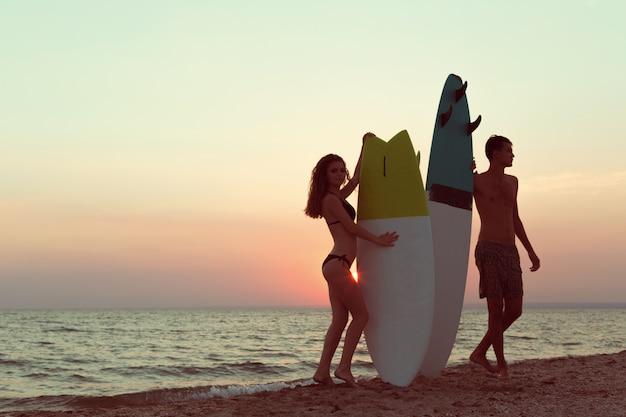 Surfistas na praia se divertindo no verão Foto Premium