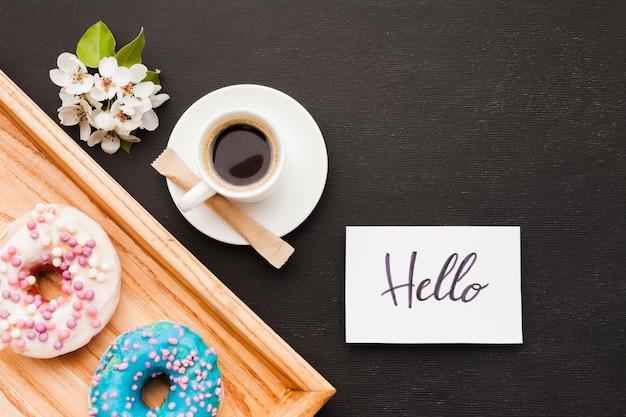 Surpresa de flores e café da manhã Foto gratuita