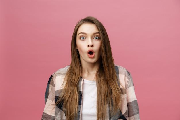 Surpresa feliz linda mulher olhando em emoção Foto Premium