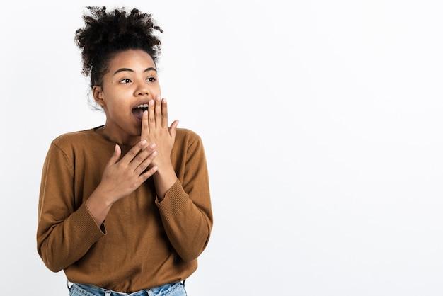 Surpresa mulher posando com espaço de cópia Foto gratuita