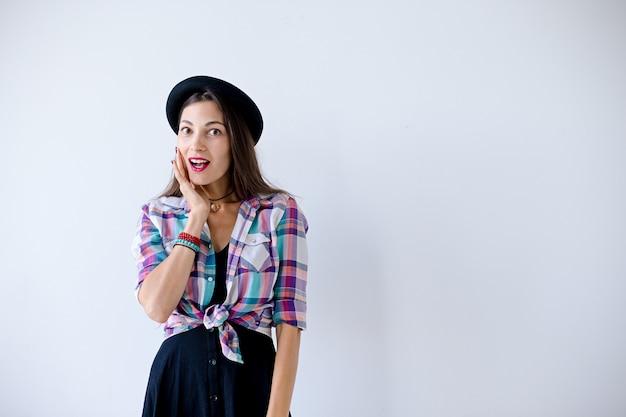 Surpresa mulher tocando seu rosto Foto gratuita
