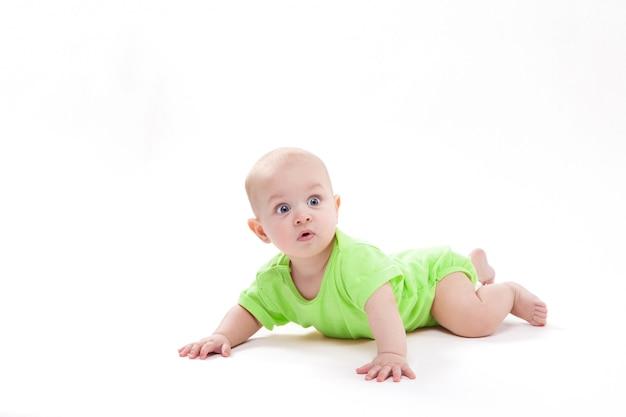 Surpreso bebê fofo deitado de bruços Foto Premium
