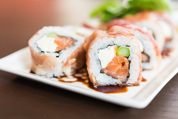 Sushi almoço cru japão gourmet Foto gratuita