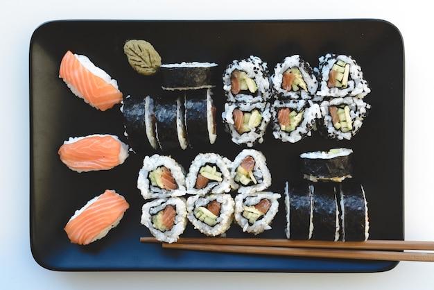 Sushi caseiro, definido na placa Foto gratuita