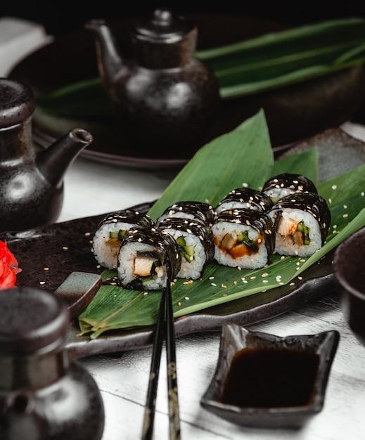 Sushi com arroz de peixe e gengibre Foto gratuita