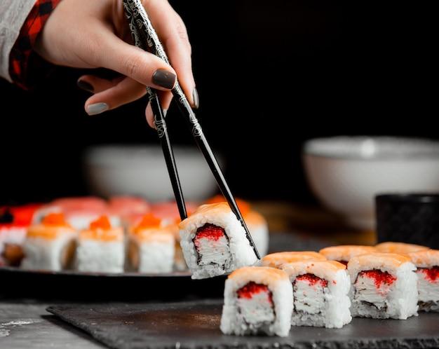 Sushi com salmão e arroz Foto gratuita