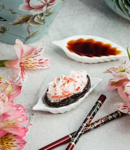 Sushi de arroz com palitos de caranguejo Foto gratuita