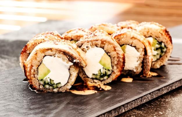 Sushi de filadélfia com enguia japonesa, cozinha pan-asiática, menu Foto Premium