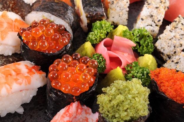 Sushi de ovos de salmão com prato de sushi assorted Foto gratuita