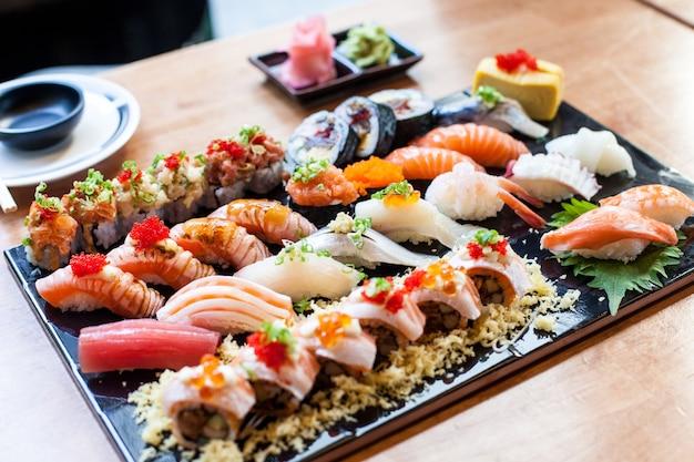 Sushi definido na placa preta comida japonesa em resturant Foto Premium