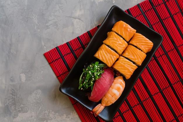 Sushi definido no concreto cinza Foto Premium