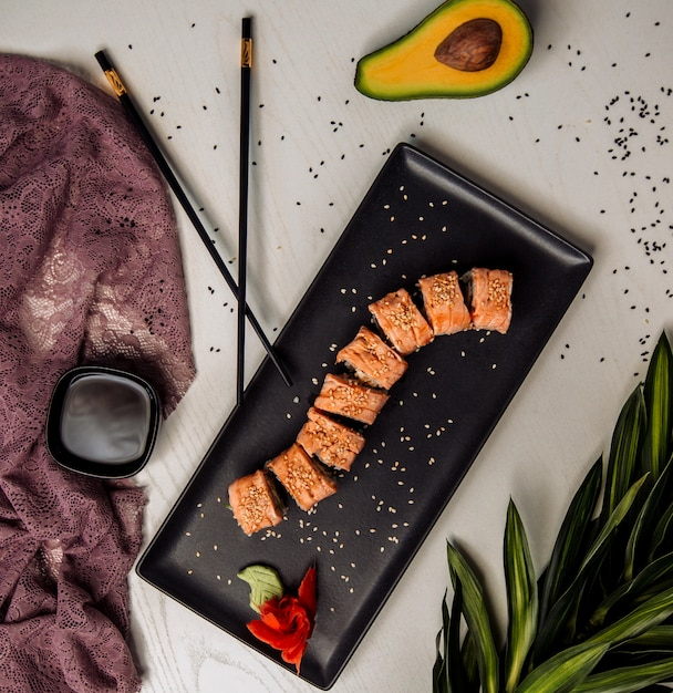 Sushi definir vista superior em cima da mesa Foto gratuita