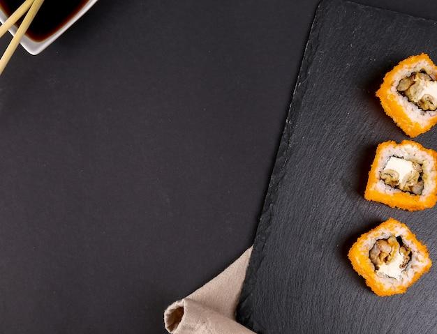 Sushi delicioso em chapa preta Foto gratuita