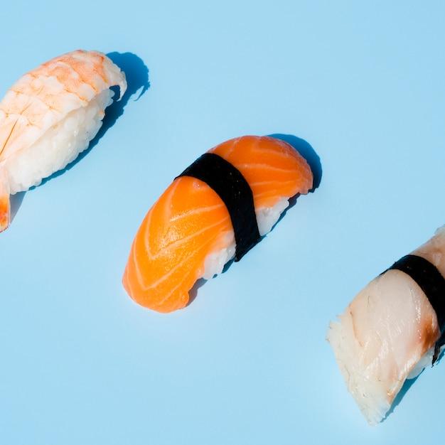Sushi delicioso em fundo azul Foto gratuita