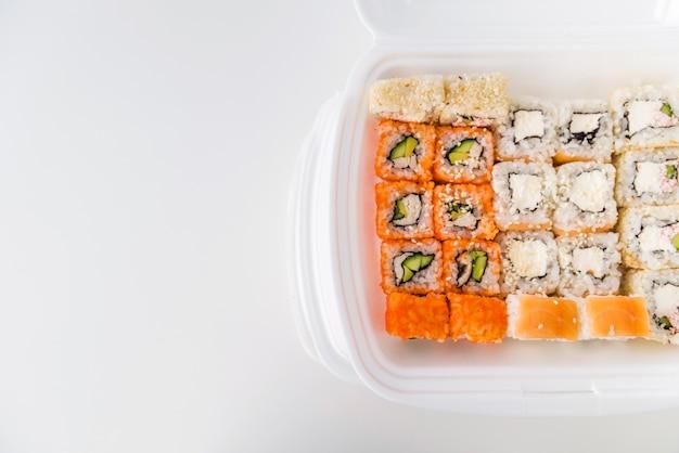 Sushi em picar tigela com cópia-espaço Foto gratuita