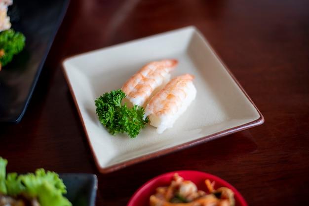 Sushi em pratos, conceito de comida do japão Foto Premium