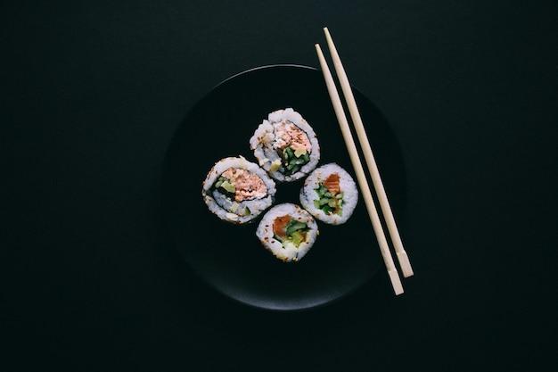 Sushi em um prato preto Foto Premium