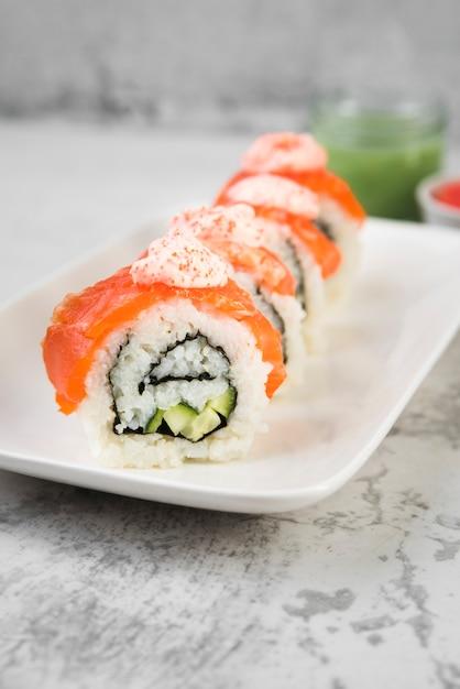 Sushi fresco no prato Foto gratuita