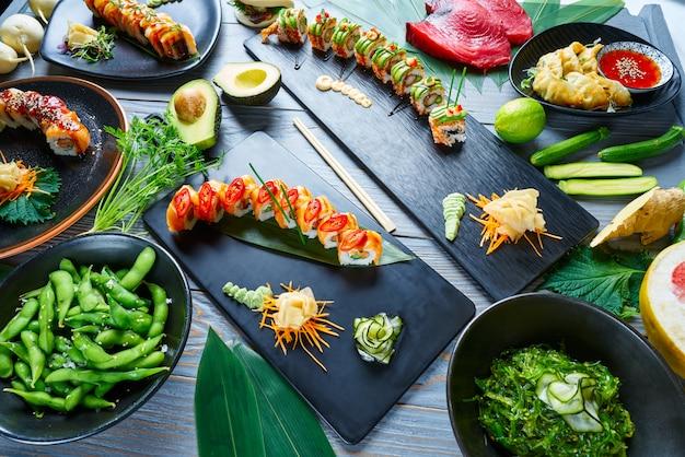 Sushi japonês asiático receitas variadas com algas Foto Premium
