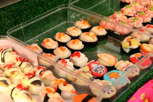 Sushi na comida de rua Foto Premium