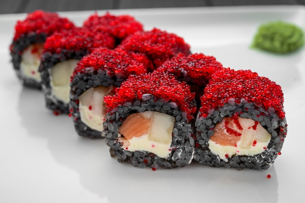 Sushi roll de salmão fresco, abacate e cream cheese com arroz preto Foto Premium