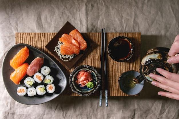 Sushi set nigiri e rolos de sushi Foto Premium