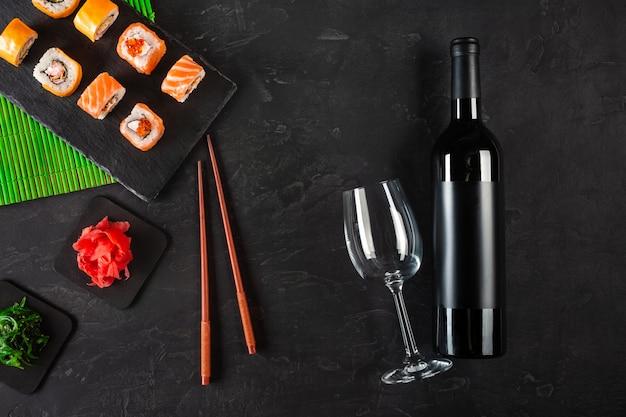 Sushi set sashimi e rolos de sushi Foto Premium